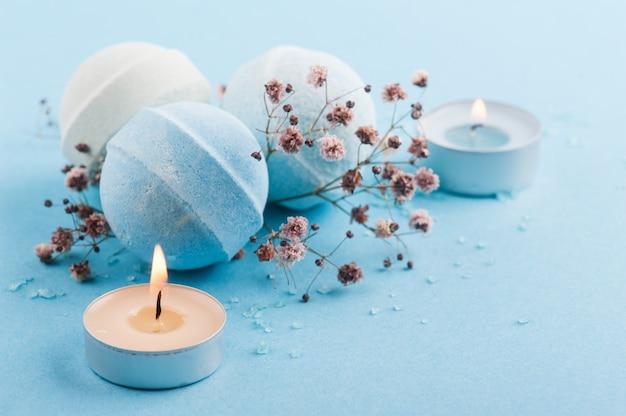 Spa zestaw niebieskich bomb do kąpieli i zapalonych świec