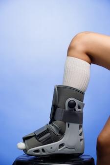 Space walk to ortopedyczne buty z pompą wspomaganą powietrzem, które wspierają kostkę, nogę i stopę, aby chronić i nietykalną podłogę w przypadku złamanej stopy, operacji i poważnych obrażeń. na białym tle na niebieskim tle