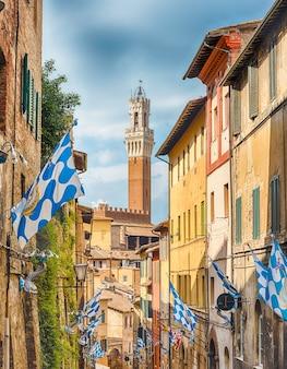 Spacer po malowniczych uliczkach w średniowiecznym centrum sieny we włoszech
