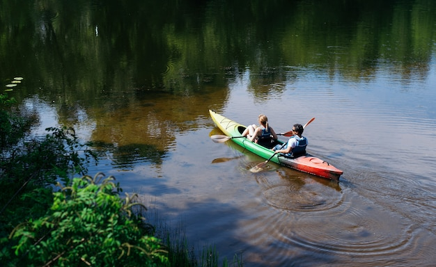 Spaceruj kajakami nad rzeką. wioślarstwo i sporty wodne. aktywny wypoczynek w parku. kajak