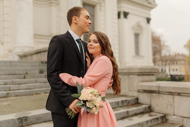 Spaceruje piękna para ślubna