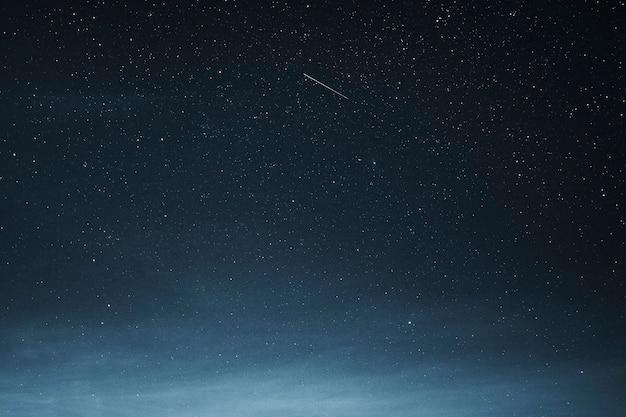 Spadająca gwiazda na ciemnoniebieskim niebie nad grenlandią