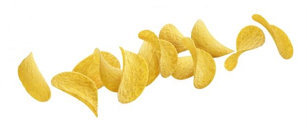 Spadające chipsy ziemniaczane na białym tle