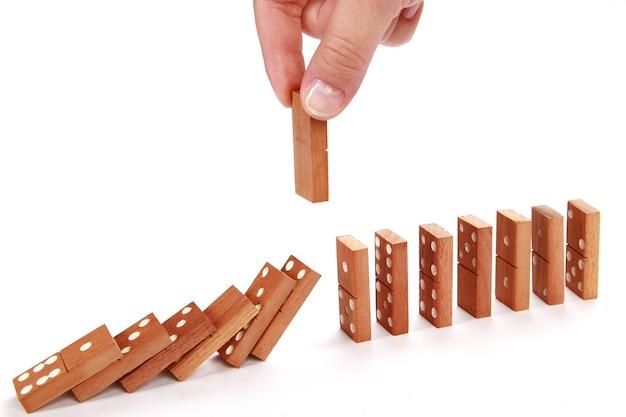 Spadające domino na białym