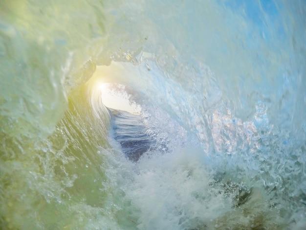 Spadające fale podczas surfowania i zachodu słońca. faro portugal