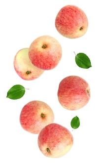 Spadające jabłka na białym tle. całe owoce z liśćmi w powietrzu.