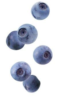 Spadające jagody na białym tle. całe jagody w powietrzu.