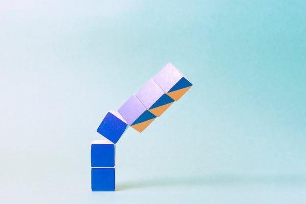 Spadające kolorowe kostki symbolizujące kryzys finansowy