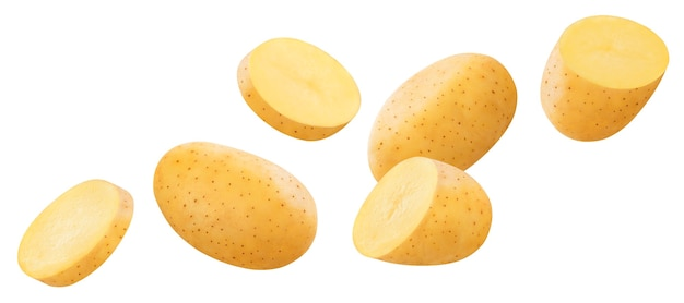 Spadające surowe ziemniaki na białym tle