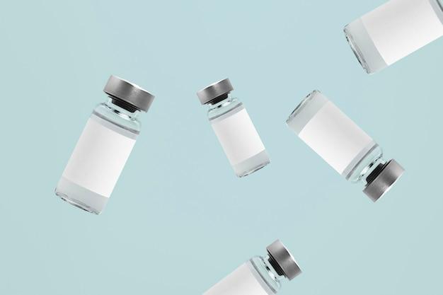 Spadające szklane butelki z fiolkami do wstrzykiwań z białymi etykietami