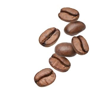 Spadające ziarna kawy na białym tle.