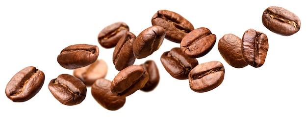 Spadające ziarna kawy na białym tle