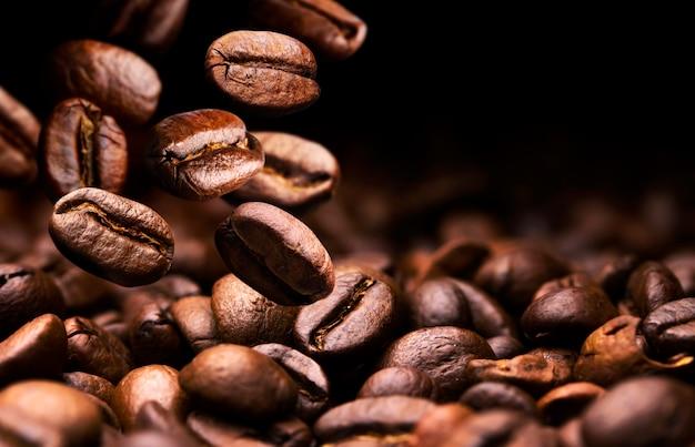 Spadające ziarna kawy