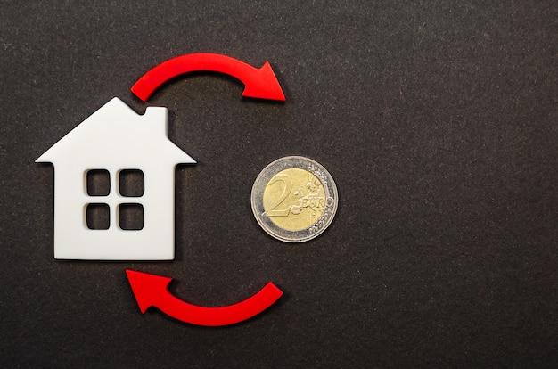 Spadek cen nieruchomości. spadek liczby ludności. spadające oprocentowanie kredytów hipotecznych. zmniejszony popyt na zakup domów, niskie ceny za media. strzałka w dół.