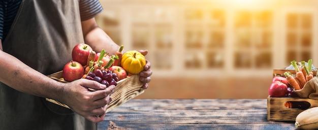 Spadek róg obfitości zbiorów. rolnik z owocami i warzywami w sezonie jesiennym. koncepcja święto dziękczynienia.