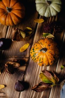 Spadek z asortymentem dyń, kasztanami i jesiennymi liśćmi