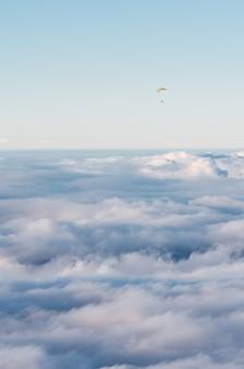 Spadochroniarz lecący ponad chmurami