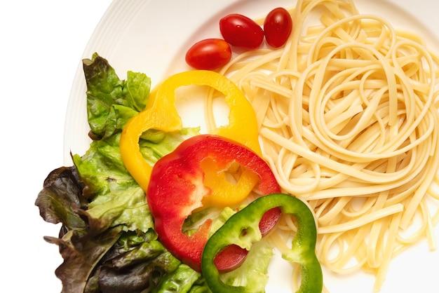 Spaghetti bolognese na białym talerzu, spaghetti kluski odizolowywał tło
