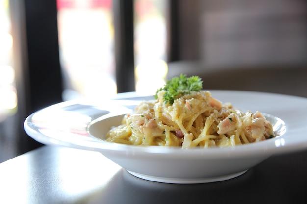 Spaghetti carbonara z boczkiem i serem
