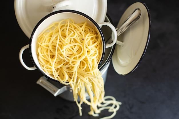 Spaghetti gotowany makaron patelnia na stode danie kuchnia włoska klasyczna na stole