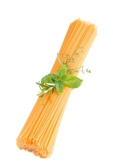 Spaghetti i bazylia na białym tle.