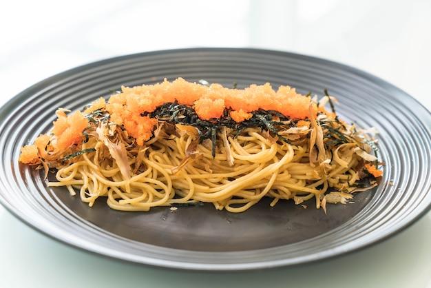 Spaghetti japońska kiełbasa z tobiko