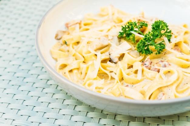 Spaghetti lub makaron z sosem truflowym i śmietanowym