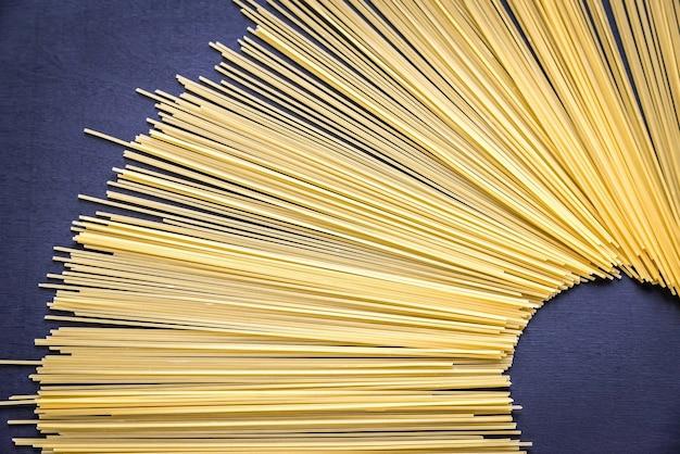 Spaghetti makaron na ciemnym tle