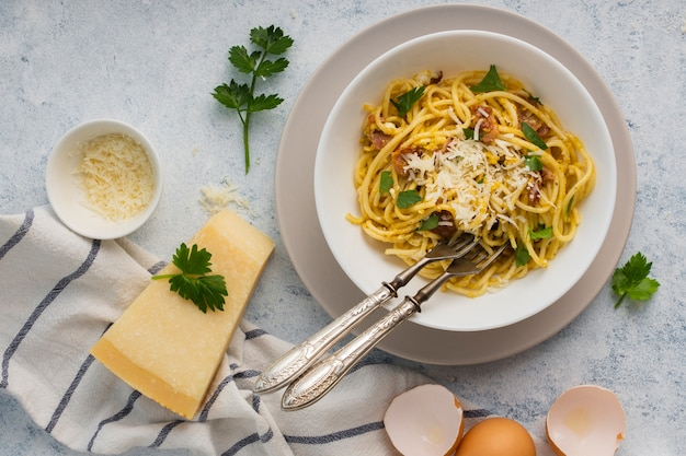 Spaghetti na płasko z parmezanem
