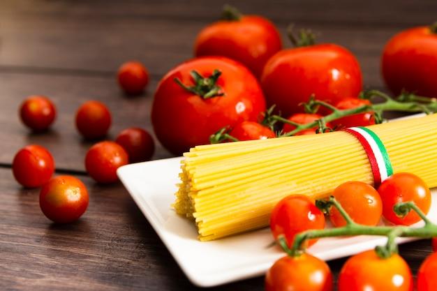 Spaghetti na talerzu z pomidorami koktajlowymi