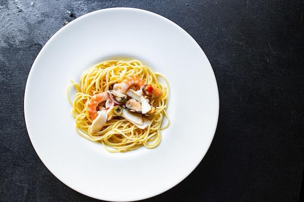Spaghetti, owoce morza, makaron, krewetki, małże, kalmary i inne drugie danie