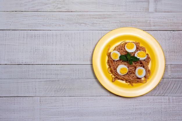 Spaghetti posiłek na drewnianym stole