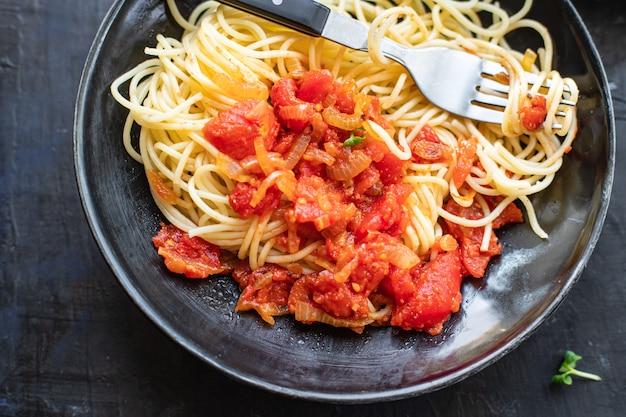 Spaghetti sos pomidorowy makaron sos boloński warzywa salsa kuchnia włoska klasyczna
