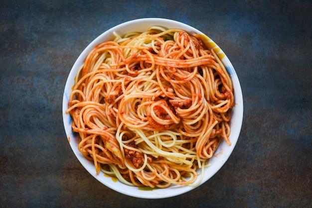 Spaghetti włoski makaron słuzyć na pucharu włoskim jedzeniu i menu pojęciu