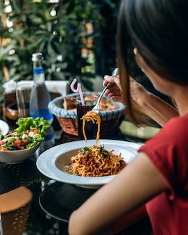 Spaghetti z drobno posiekanym mięsem