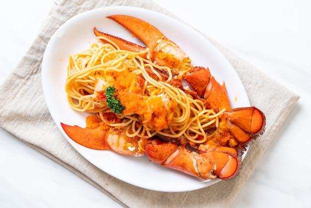 Spaghetti z homara z jajkiem krewetkowym na białym talerzu