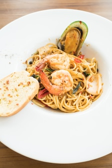 Spaghetti z owocami morza w białej płytce