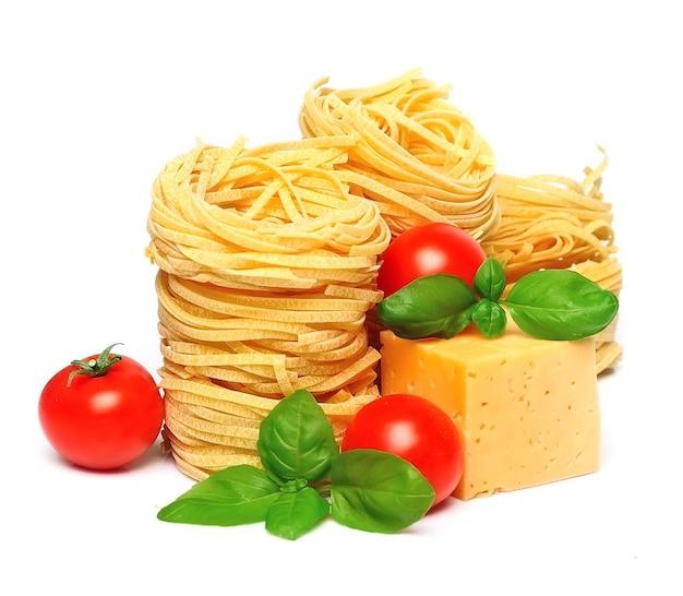 Spaghetti z serem i warzywami na białym tle