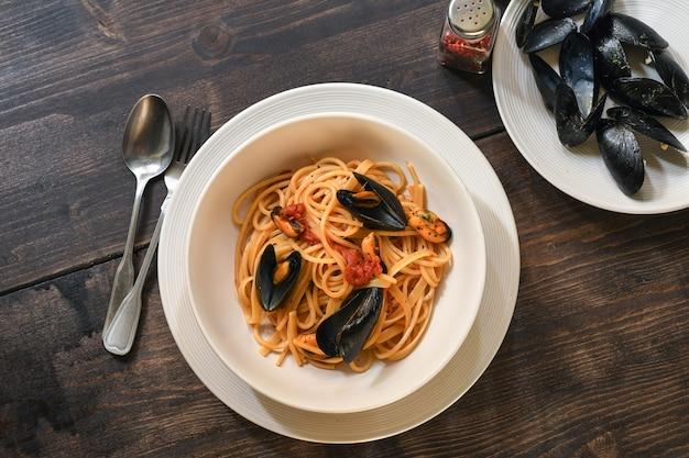 Spaghetti z sosem pomidorowym i owocami morza