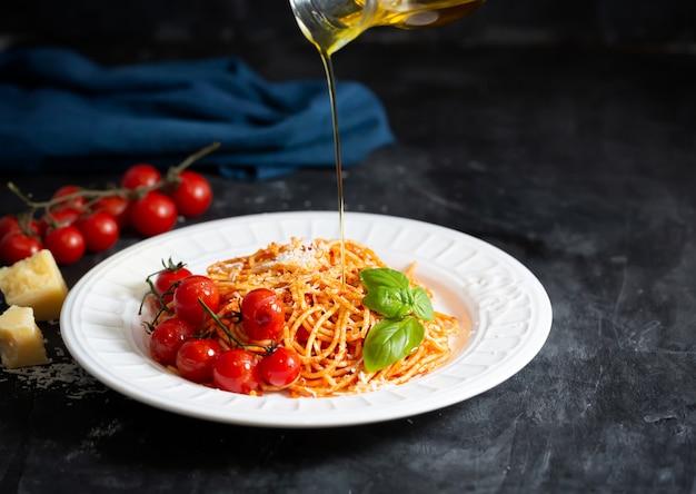 Spaghetti z sosem pomidorowym i pomidorami koktajlowymi z bazylią