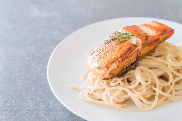 Spaghetti z sosem śmietanowym z łososiem