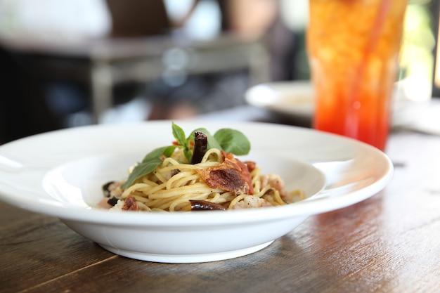 Spaghetti z suszonym chilli i boczkiem