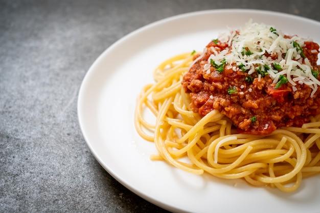 Spaghetti z wieprzowiną bolońską lub spaghetti z sosem z mielonej wieprzowiny - kuchnia włoska