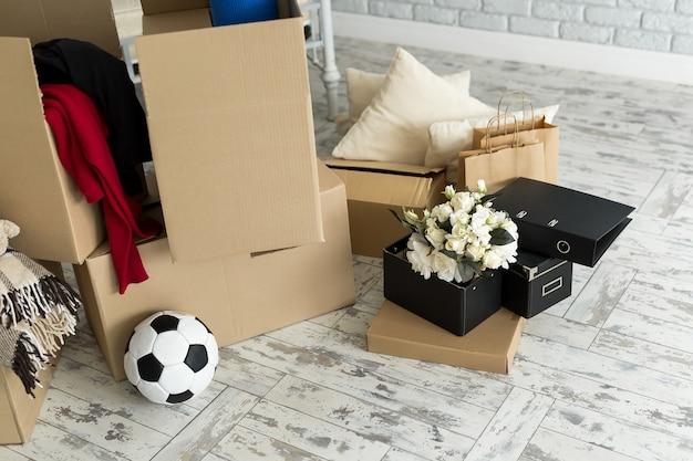 Spakowane rzeczy domowe do przeprowadzki do nowego domu