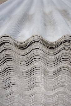 Spakuj arkusze łupków azbestowych. materiał budowlany do pokryć dachowych