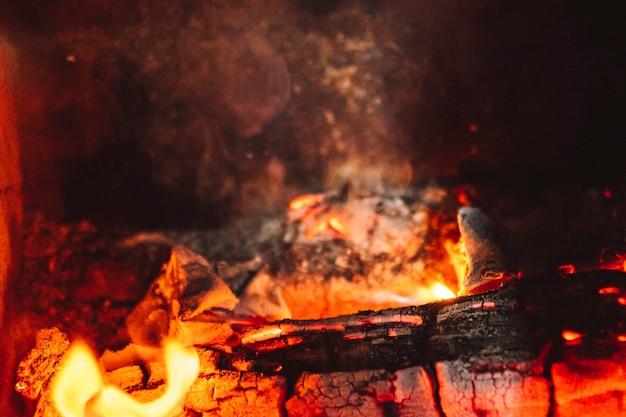 Spalanie drewna opałowego w kominku