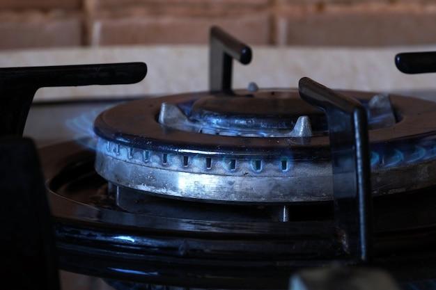 Spalanie gazu na dwurzędowym pierścieniu gazowym na kuchence