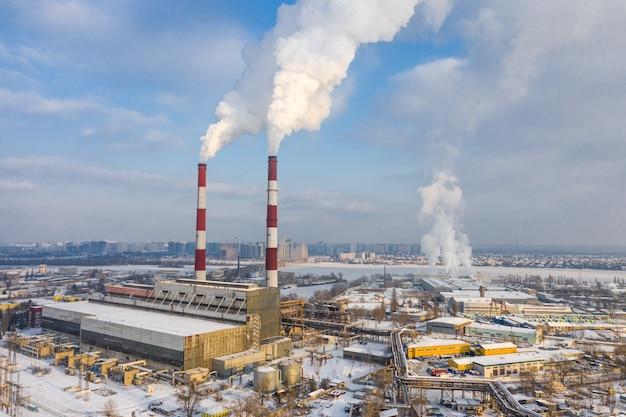Spalarnia śmieci. zanieczyszczenie środowiska w mieście w zimie widok z lotu ptaka.