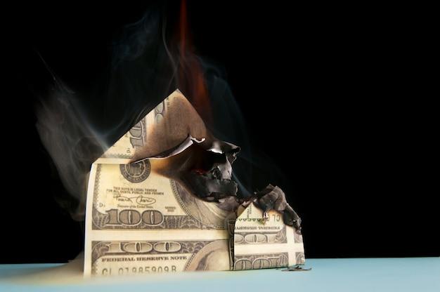 Spalić dom dolarów