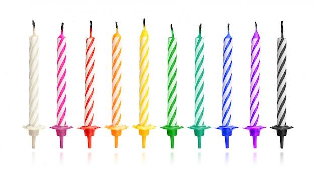 Spalone świeczki urodzinowe na białym tle. kolorowa kolekcja. (ścieżka przycinająca)